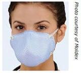 Mujer usando un respirador quirúrgico N95.