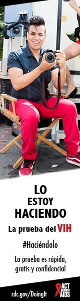 Haciendolo banner. Un hombre joven sentado en una silla, sosteniendo una cámara. Lo estoy hacienda. La prueba es rápida, gratis, y confidencial. cdc.gov/Haciendolo #Haciéndolo Act Against AIDS