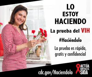 Una mujer joven parada en la cocina, sonríe mientras que arregla un ramo de flores en un florero. La prueba es rápida, gratis, y confidencial. cdc.gov/Haciendolo #Haciéndolo Act Against AIDS