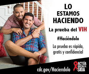 Dos hombres jóvenes sonriendo. Uno está sentado en el sofá mientras . La prueba es rápida, gratis, y confidencial. cdc.gov/Haciendolo #Haciéndolo Act Against AIDS