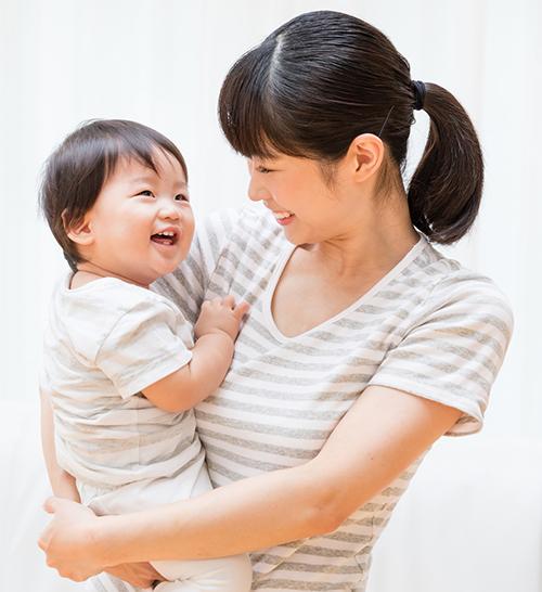 Mãe, segurando o filho infantil.